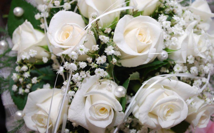 lower wedding flower costs